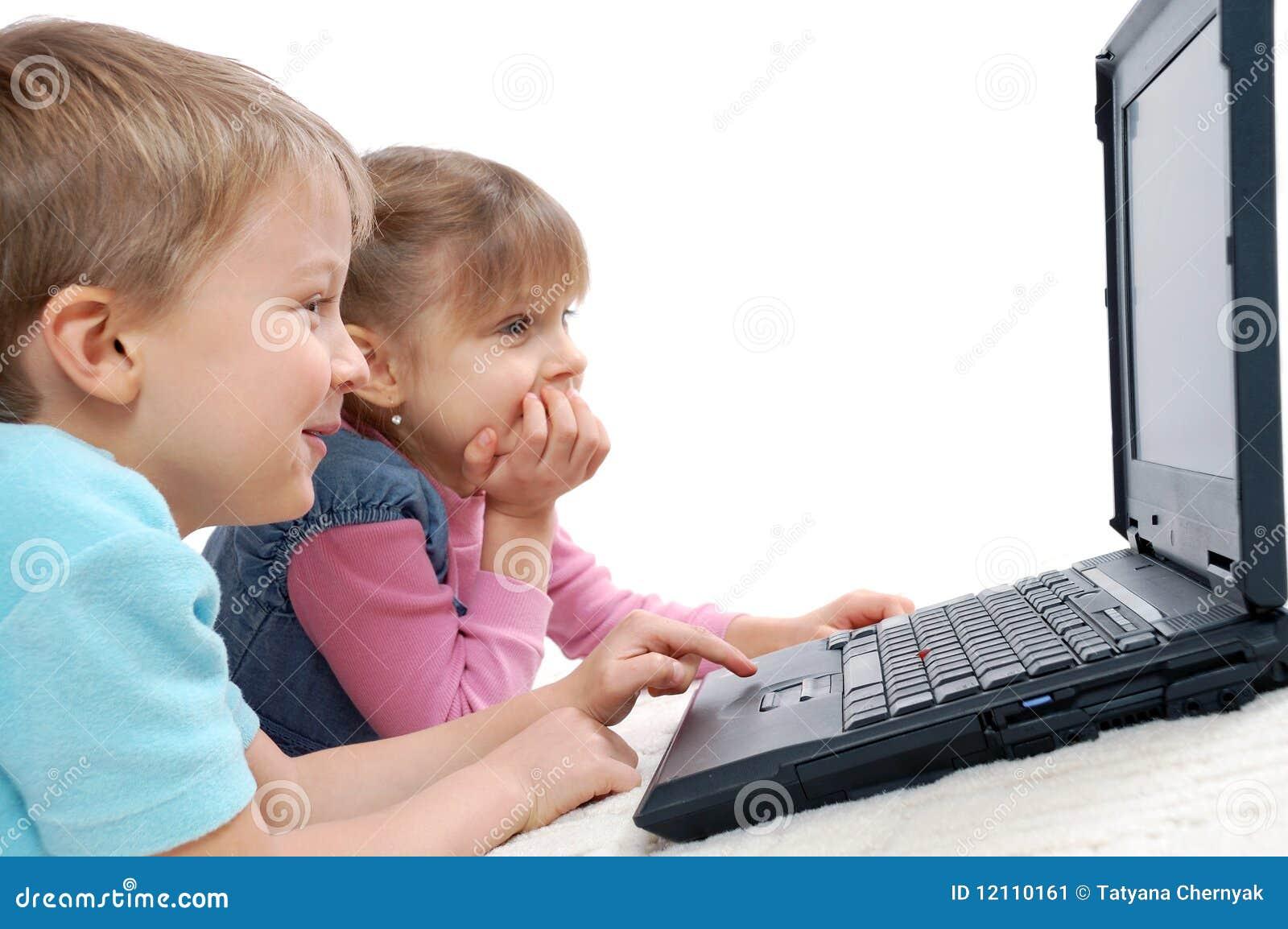 Bambini che giocano i giochi di computer