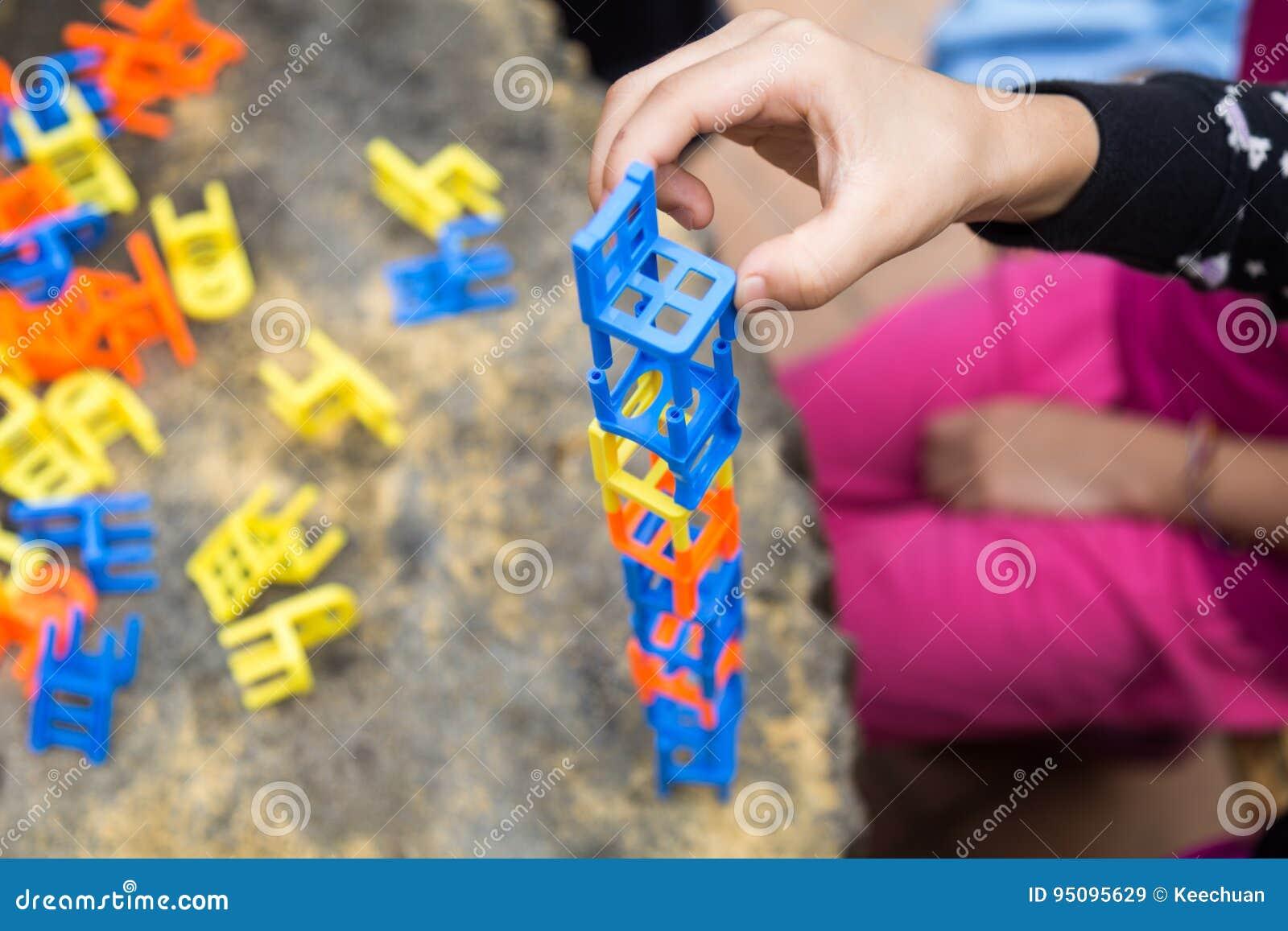 Stock Sedie Impilabili.Bambini Che Giocano Il Gioco Delle Sedie Impilabili Durante