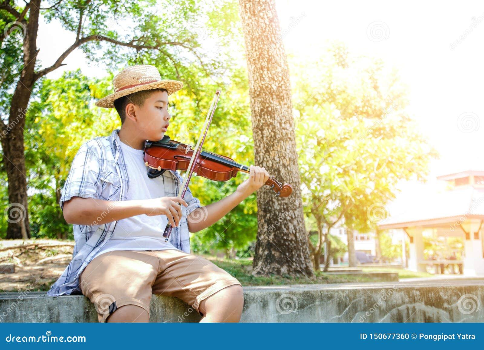 Bambini che giocano il violino di musica