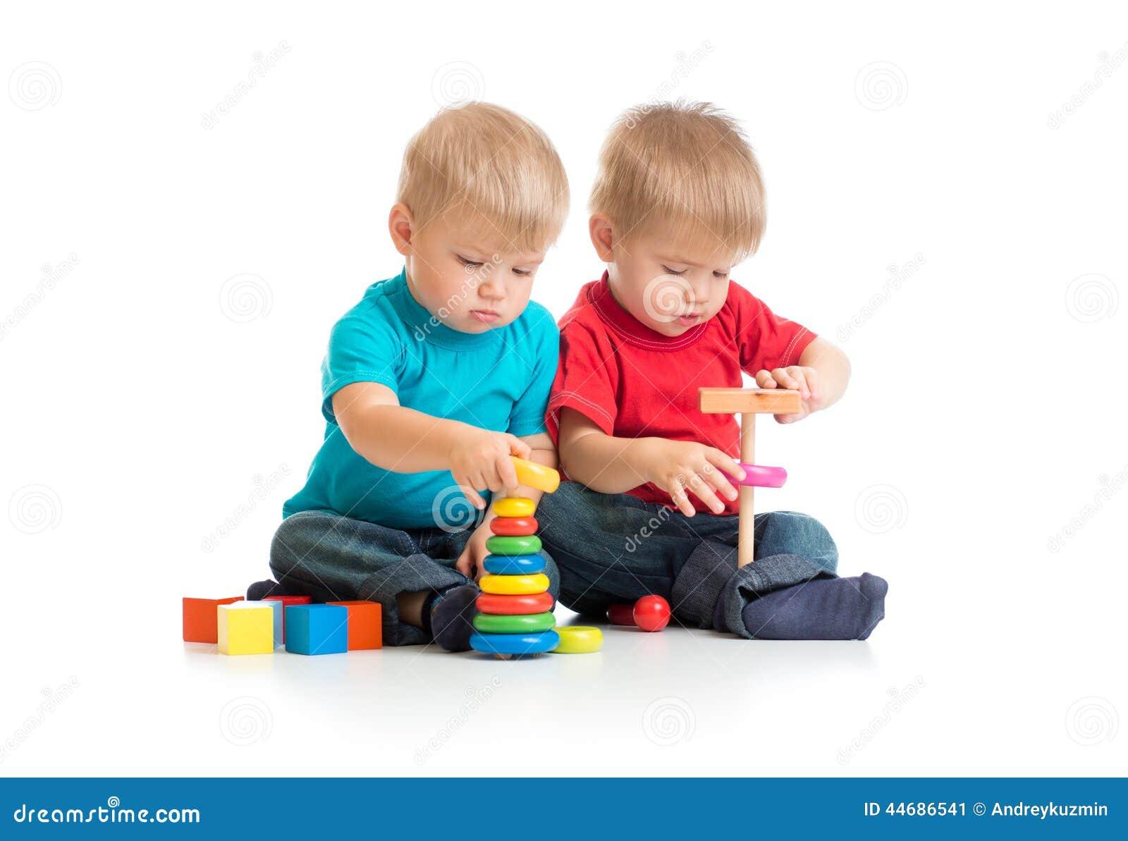Bambini che giocano insieme i giocattoli di legno