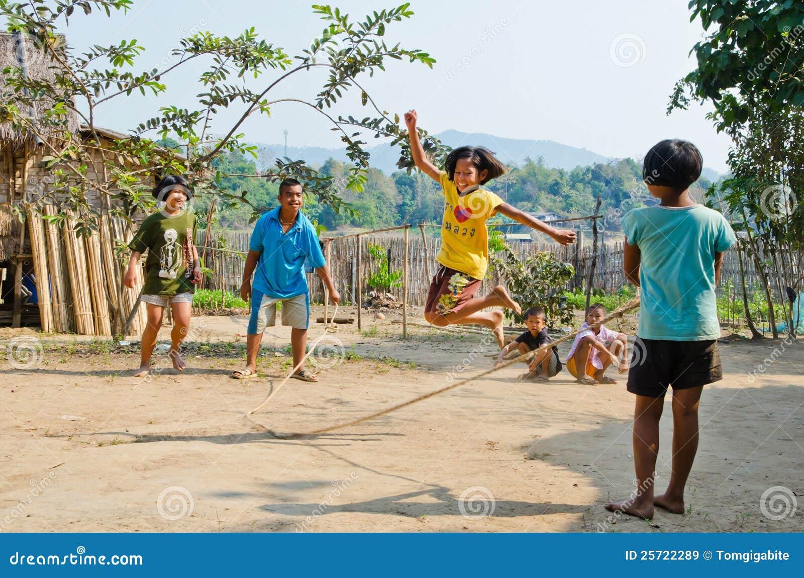 Bambini che giocano Kra Dod Cheark (il jumpin della corda