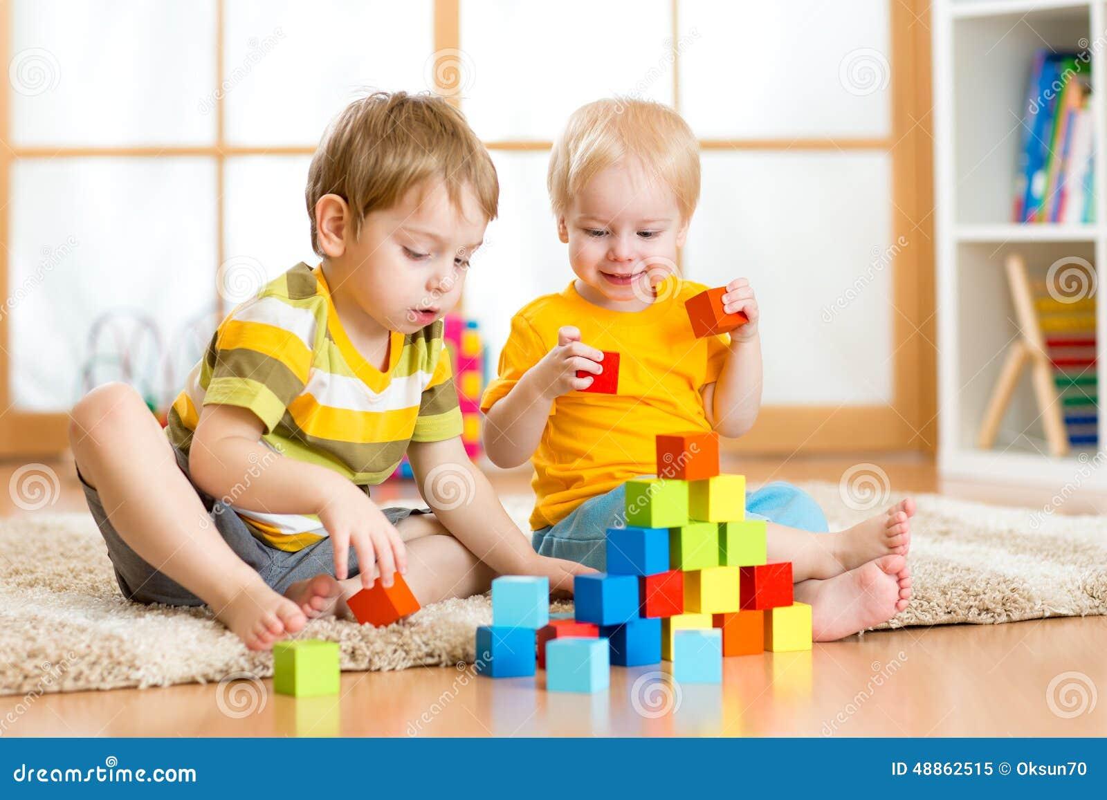 Bambini che giocano nella stanza