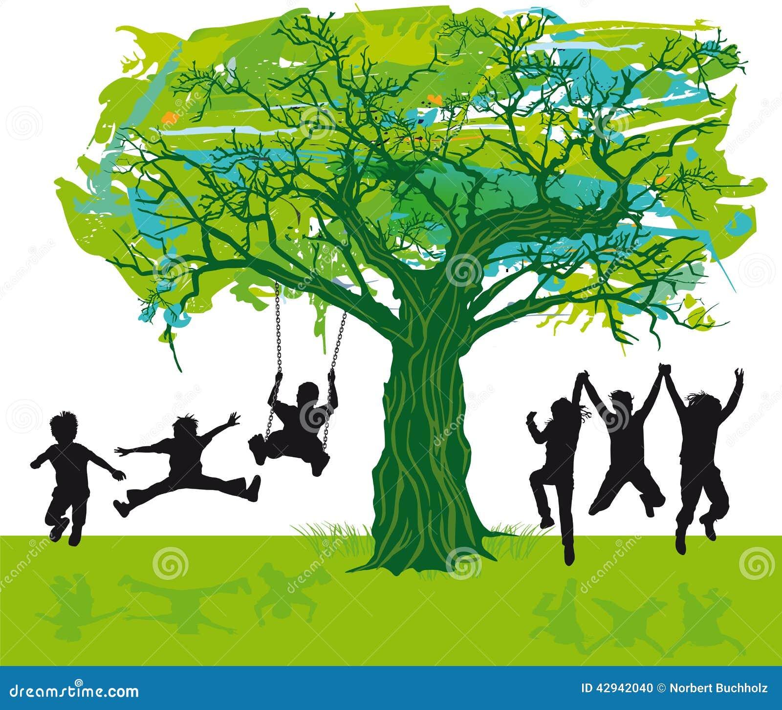 Di un gruppo di bambini profilati che giocano sotto un albero