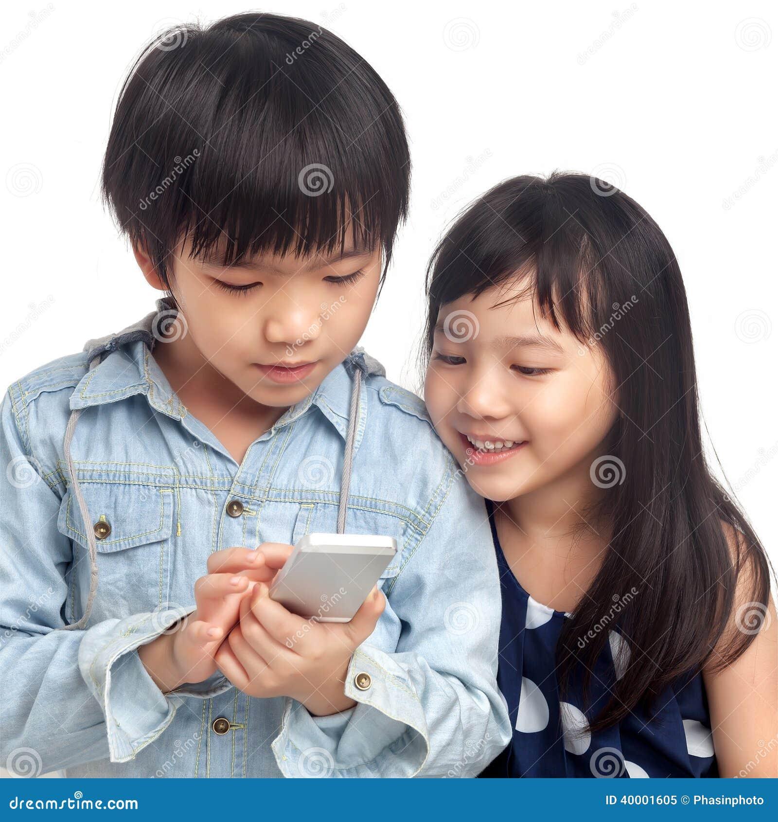 Bambini che giocano sullo smartphone