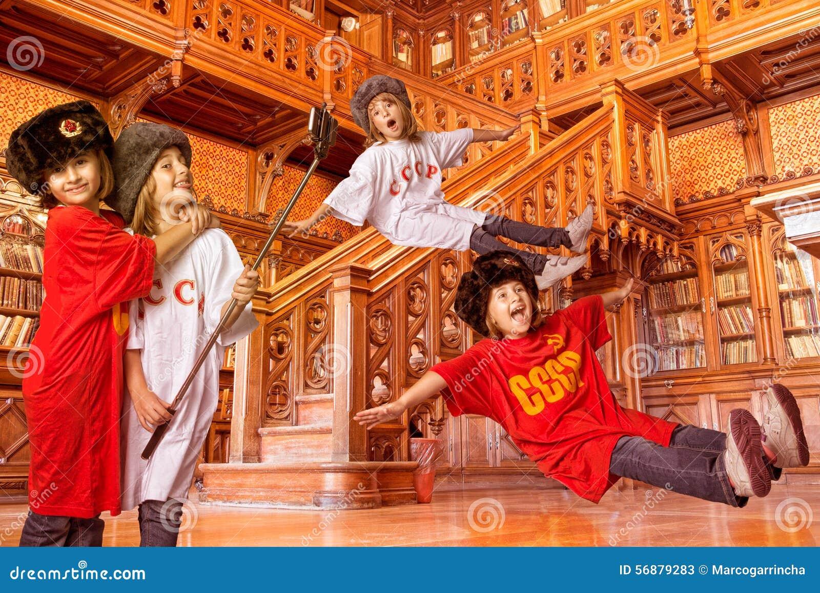 Bambini che giocano in una biblioteca