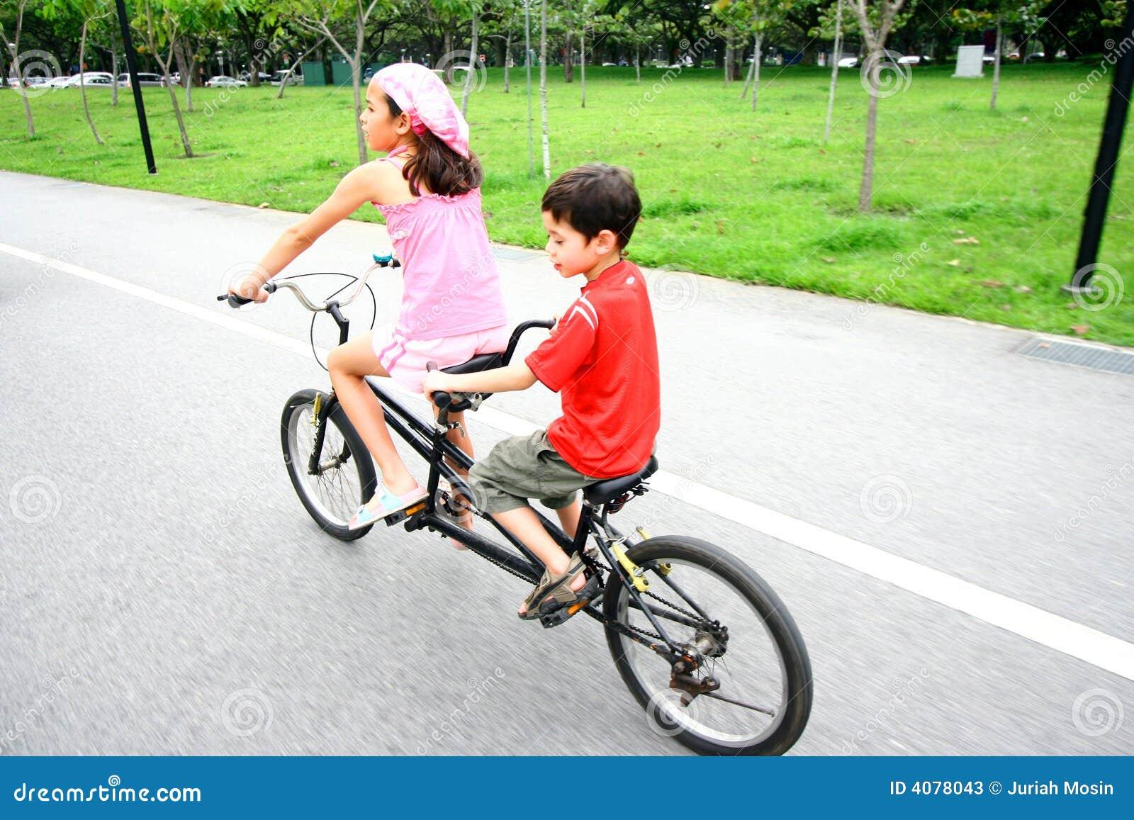 Bambini Che Guidano Su Una Bici In Tandem Immagine Stock Immagine