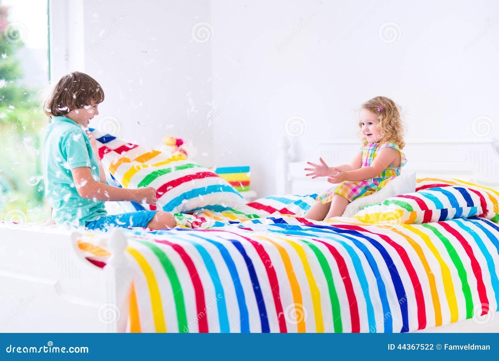 Bambini che hanno lotta di cuscino