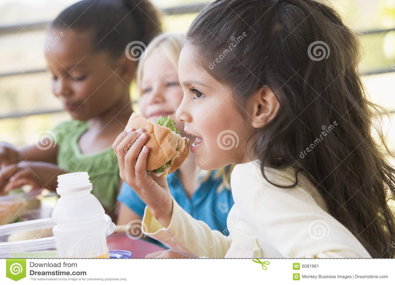 Bambini che mangiano il pranzo di asilo