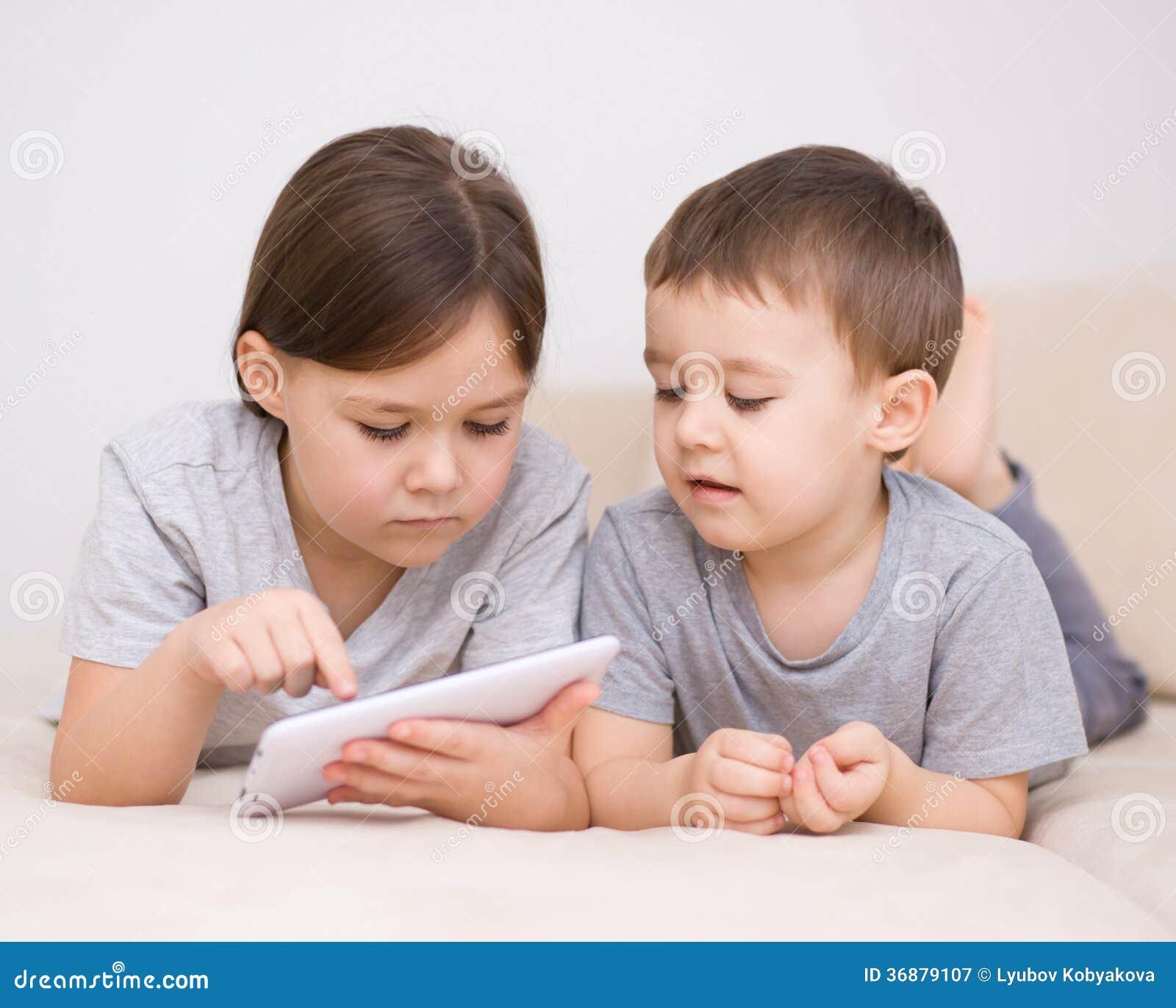 Download Bambini Che Per Mezzo Del Computer Della Compressa Immagine Stock - Immagine di lifestyle, dispositivo: 36879107