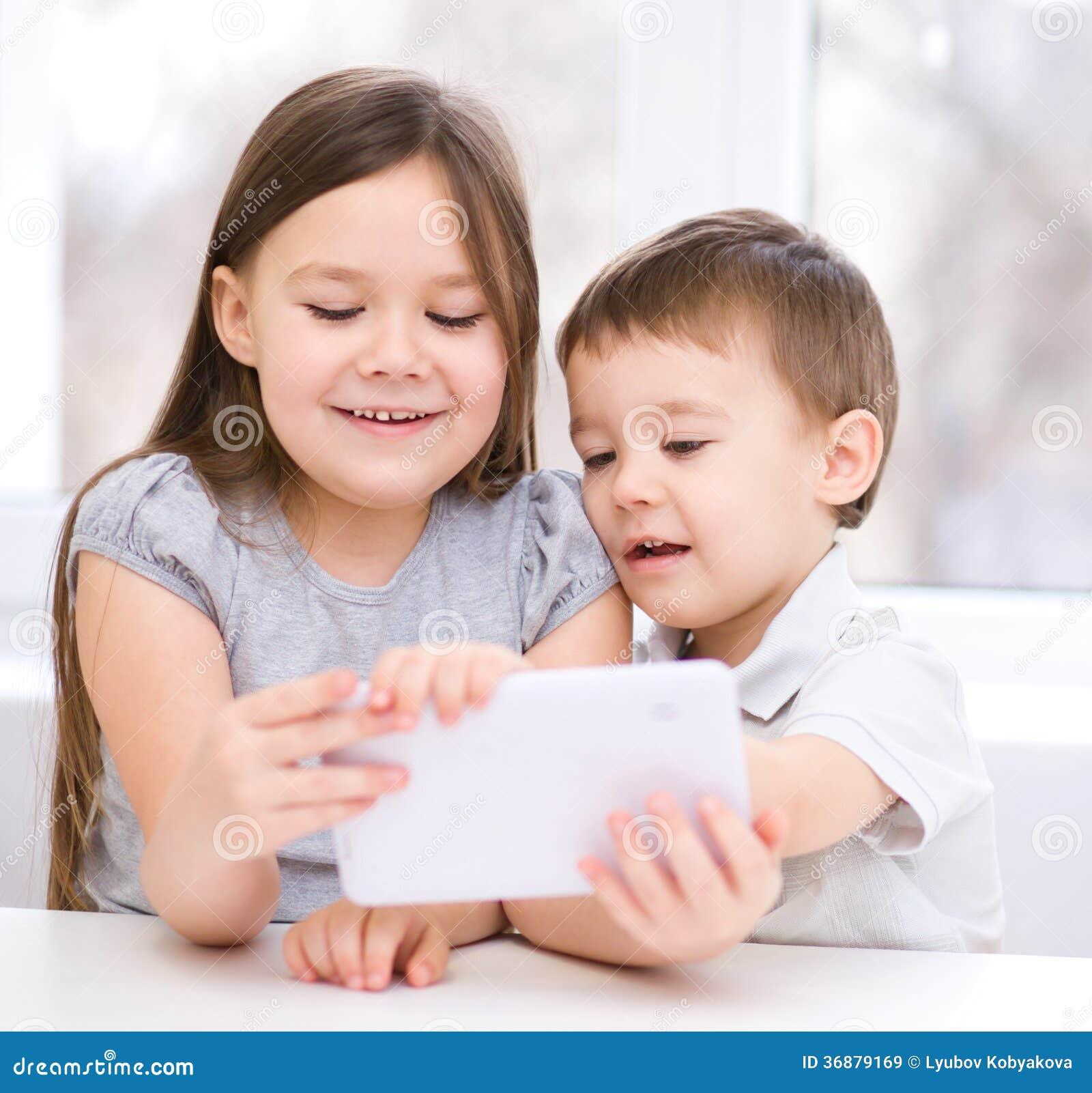 Download Bambini Che Per Mezzo Del Computer Della Compressa Immagine Stock - Immagine di dispositivo, gioco: 36879169