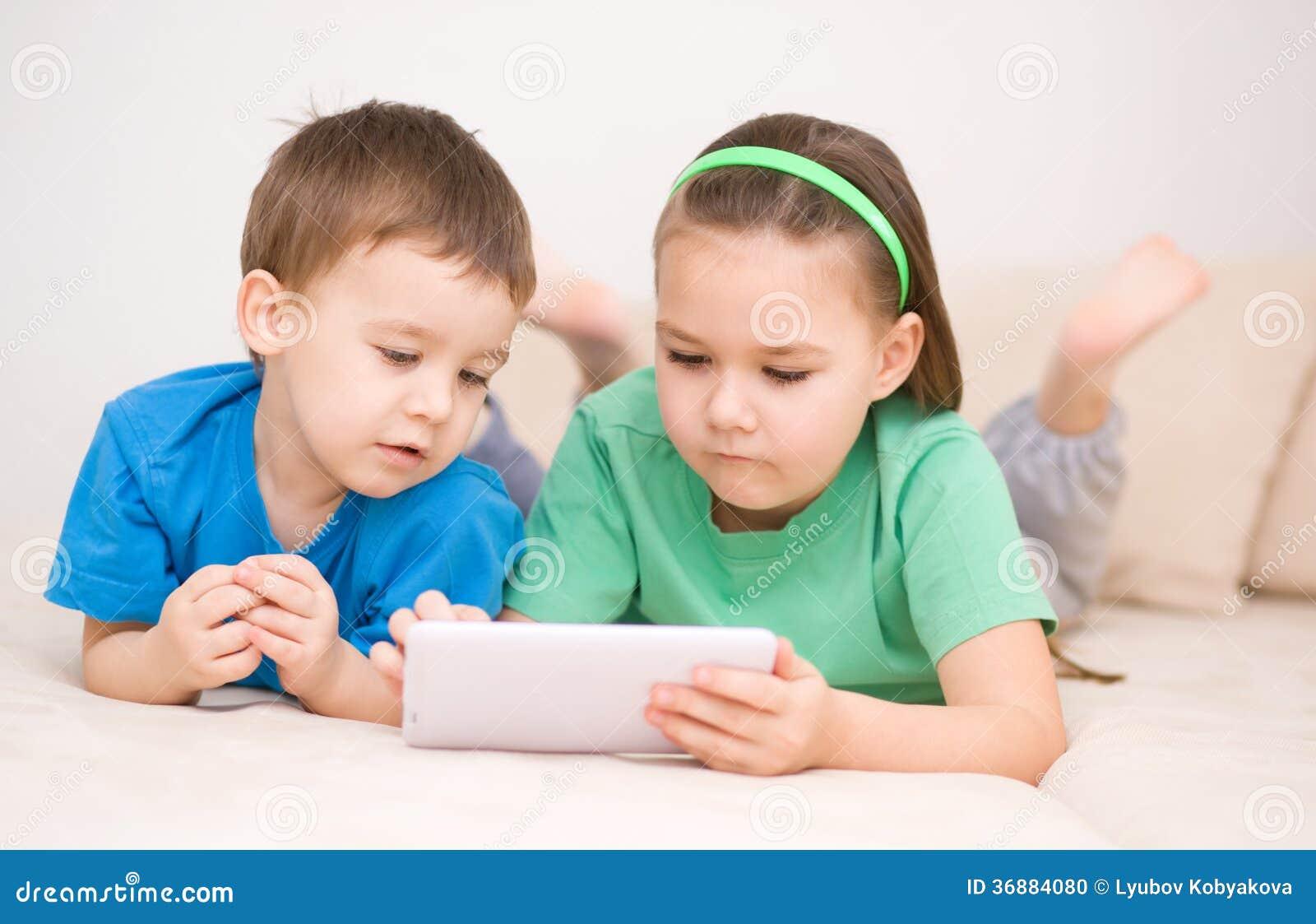 Download Bambini Che Per Mezzo Del Computer Della Compressa Fotografia Stock - Immagine di svago, mano: 36884080