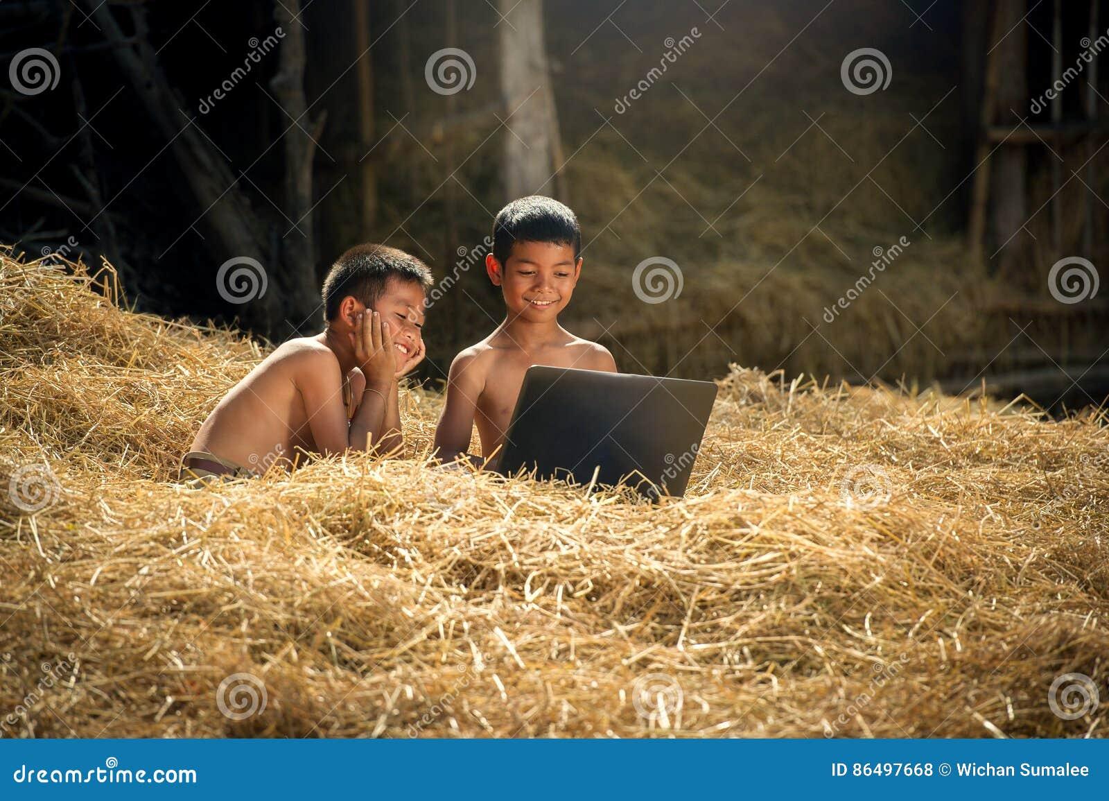 Bambini che per mezzo del computer portatile