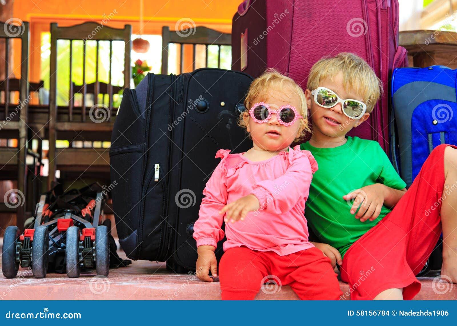 Bambini che si siedono sulle valigie pronte a viaggiare