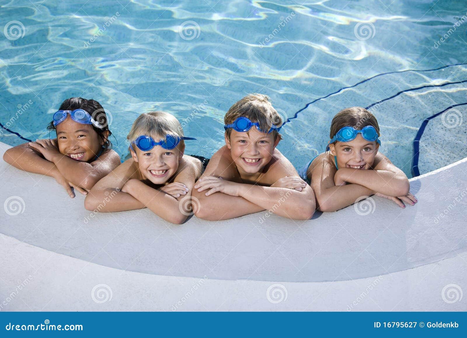 Bambini che sorridono al bordo della piscina
