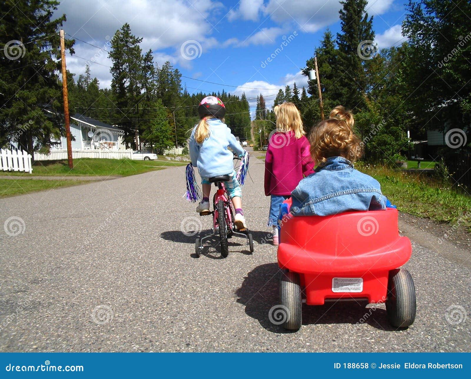 Bambini con il vagone e la bici