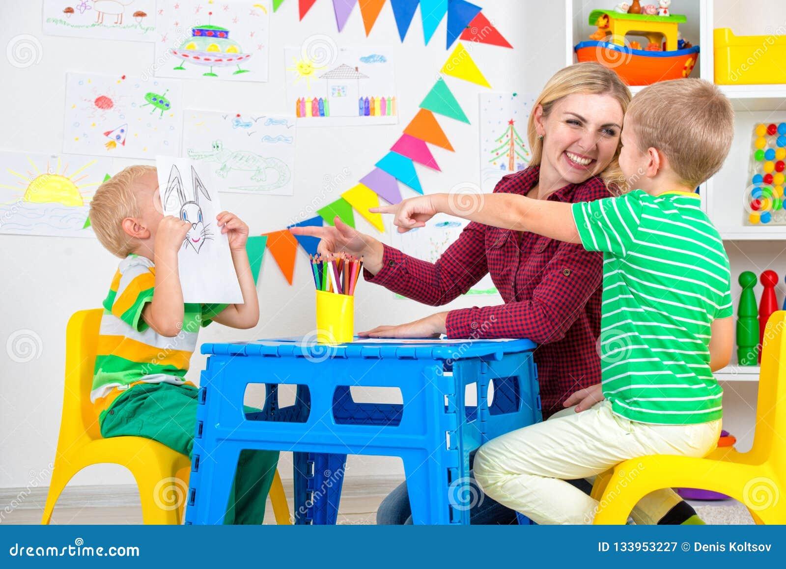 Bambini con le immagini di tiraggio e della mamma nella stanza dei bambini