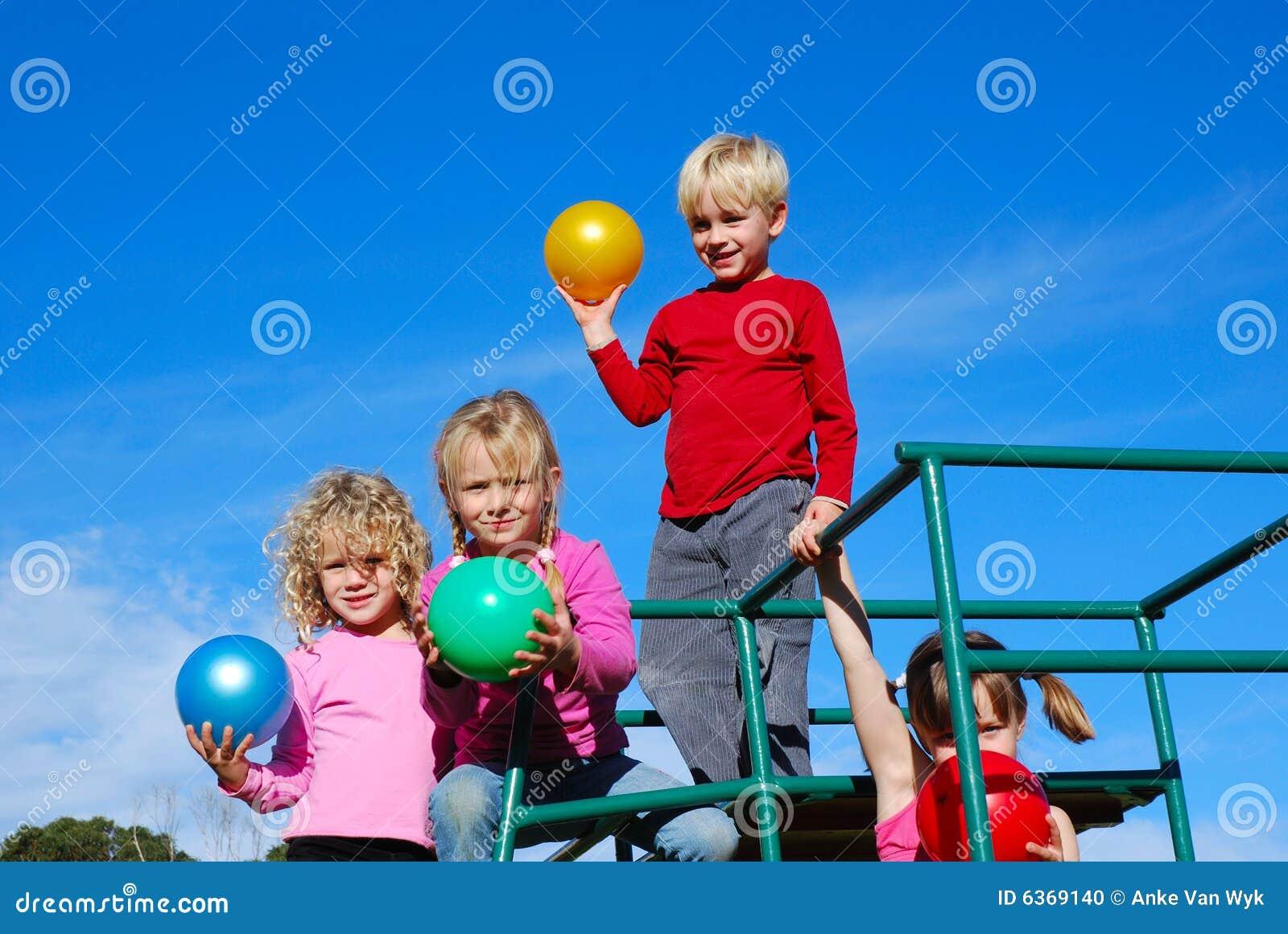 Bambini con le sfere variopinte