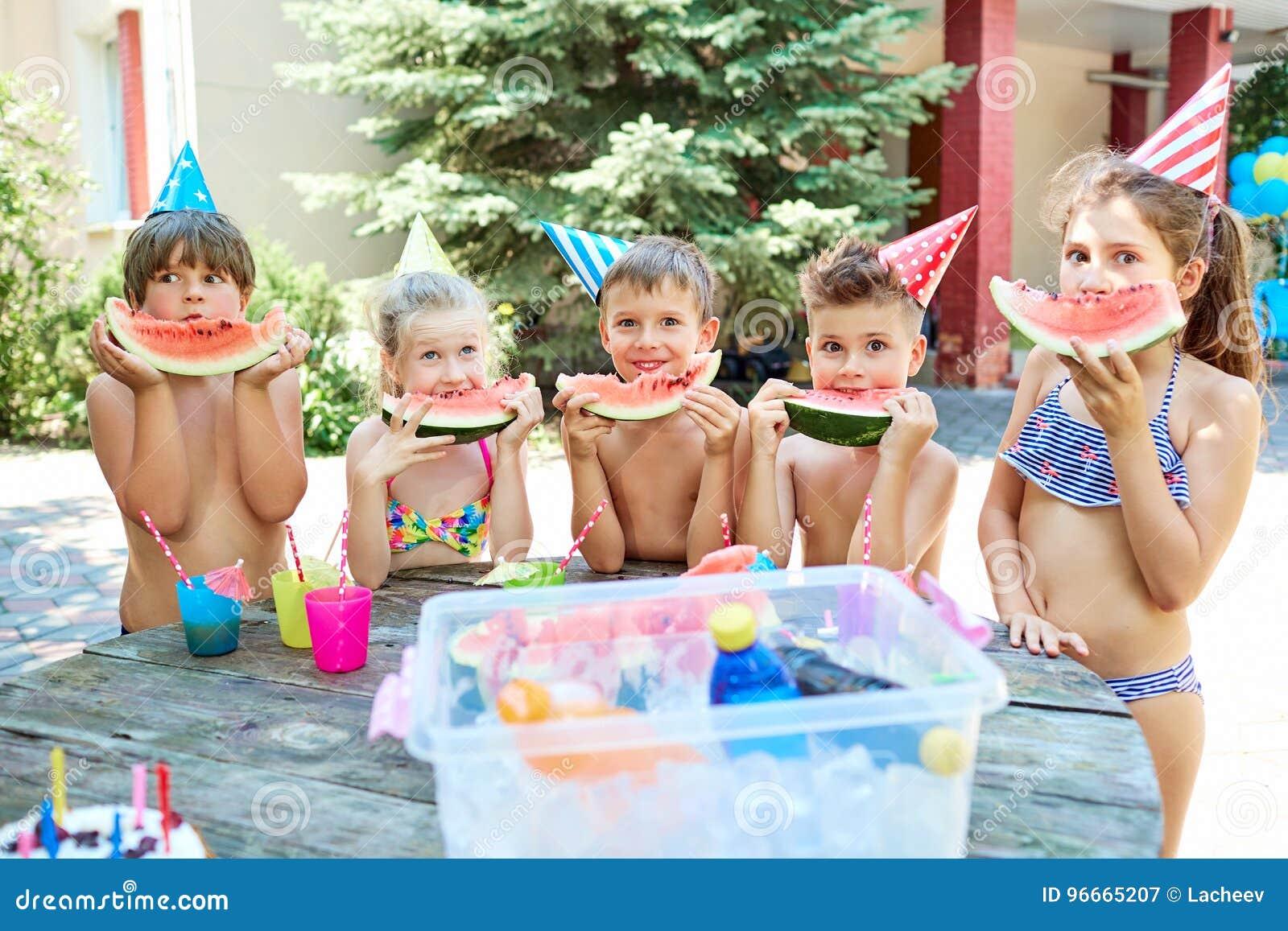 Decorazioni Bagno Bambini : Bambini in costumi da bagno con le angurie al loro compleanno