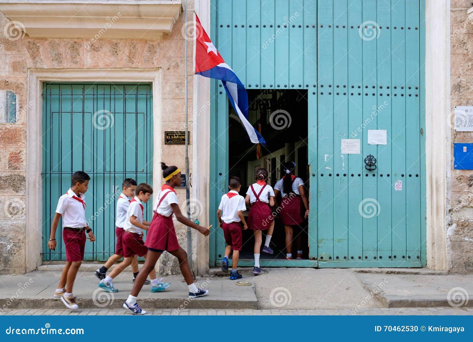 Bambini cubani che entrano in una scuola primaria a Avana