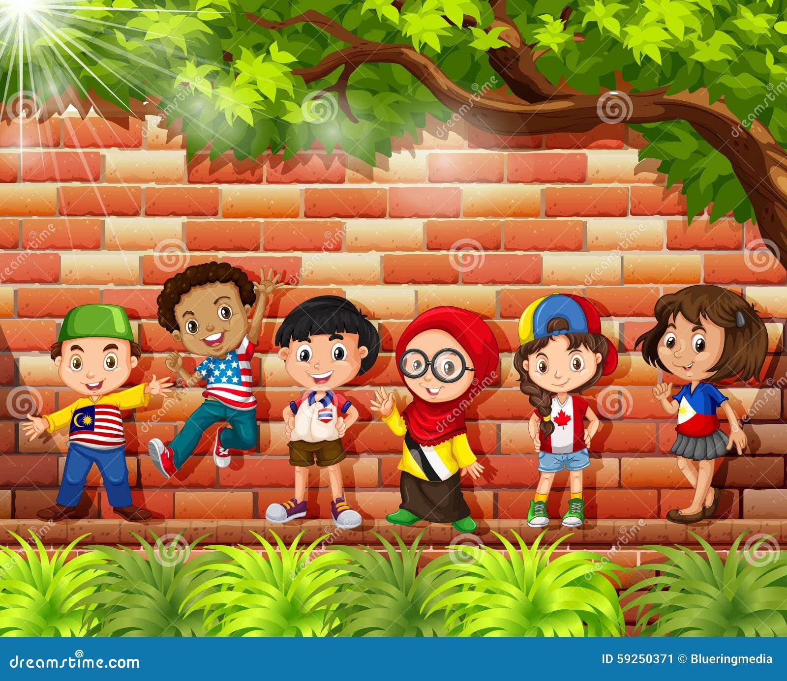 Bambini dai paesi differenti che stanno sotto l albero
