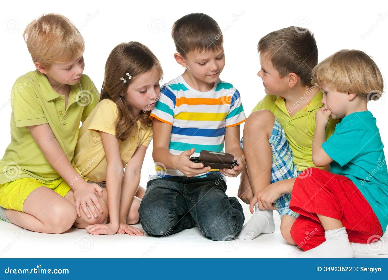 Bambini del gruppo che plaing con un nuovo aggeggio