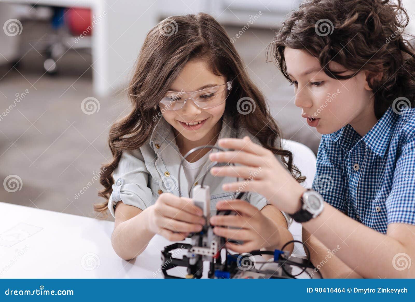 Bambini divertenti che hanno classe di scienza alla scuola