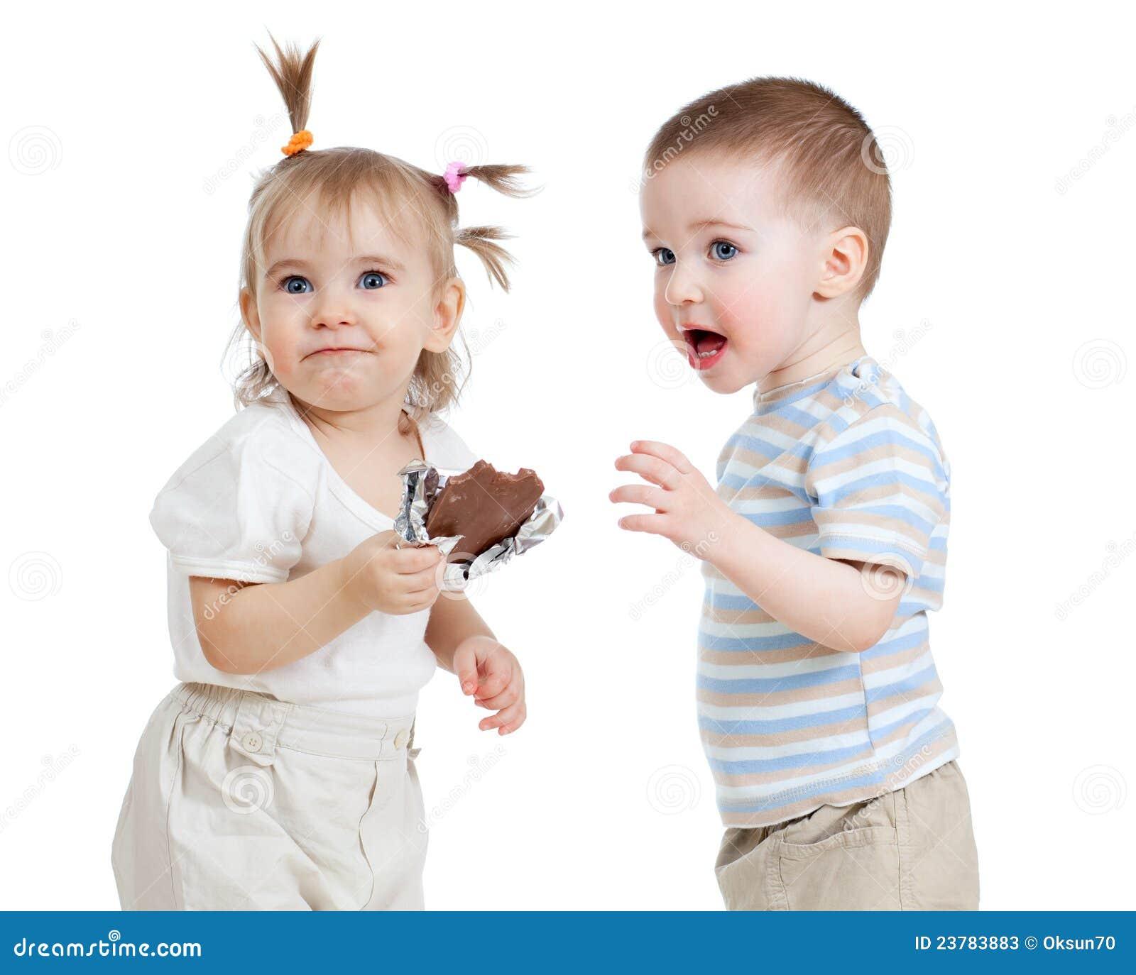 Bambini divertenti che mangiano cioccolato isolato su - Bambine che cucinano ...