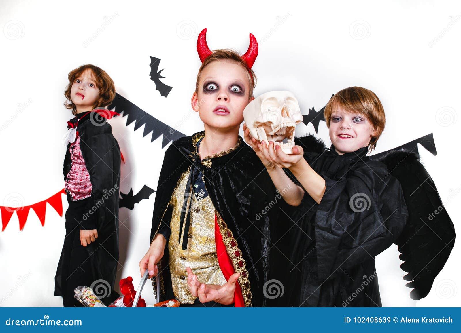 Costumi Halloween Di Gruppo.Bambini Divertenti Di Risata In Costumi In Halloween Trucco O