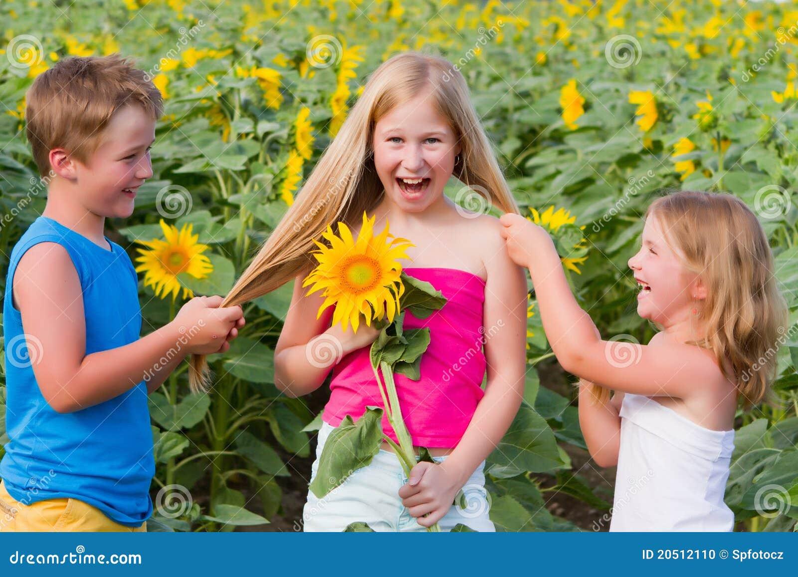 Bambini dolci nel giacimento del girasole