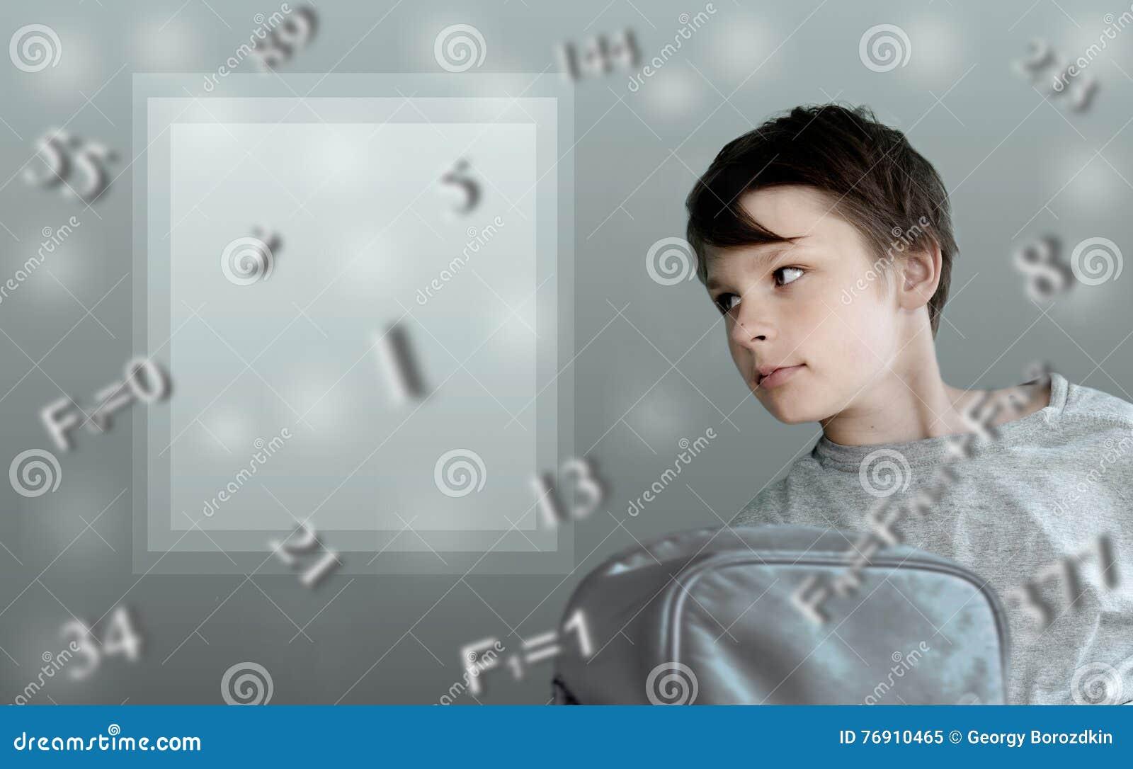 Bambini e formule fibonacci ragazzo con lo zaino della scuola sui precedenti di matematico