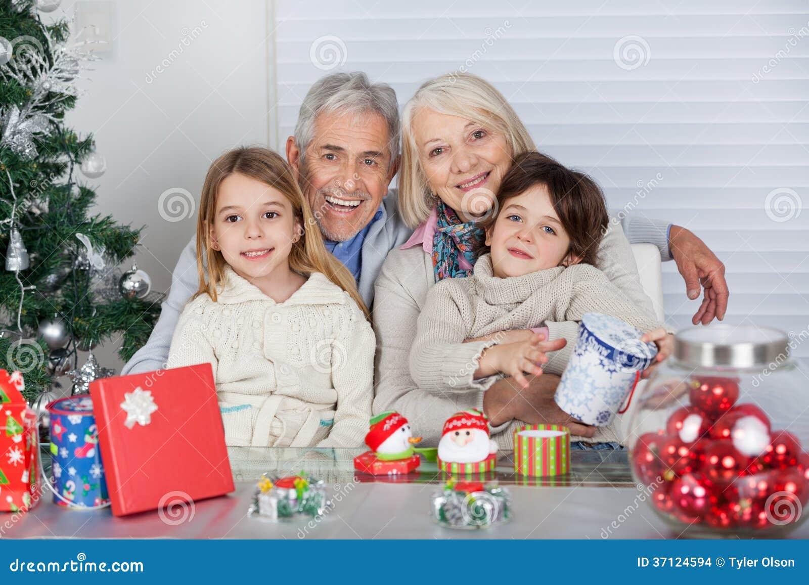 Regali Di Natale Per I Nonni.Bambini E Nonni Con I Regali Di Natale Fotografia Stock