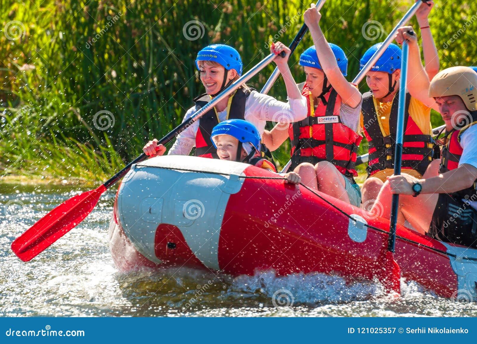 Bambini e rafting Un posto popolare per ricreazione della famiglia ed addestramento estremi degli atleti in rafting ed in kayak