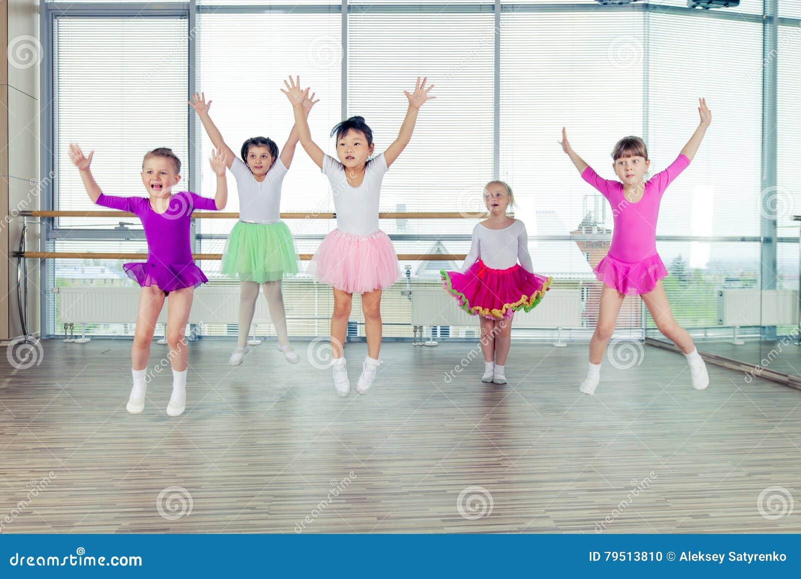 Bambini felici che ballano sopra nel corridoio, vita sana, kid& x27; s togethern