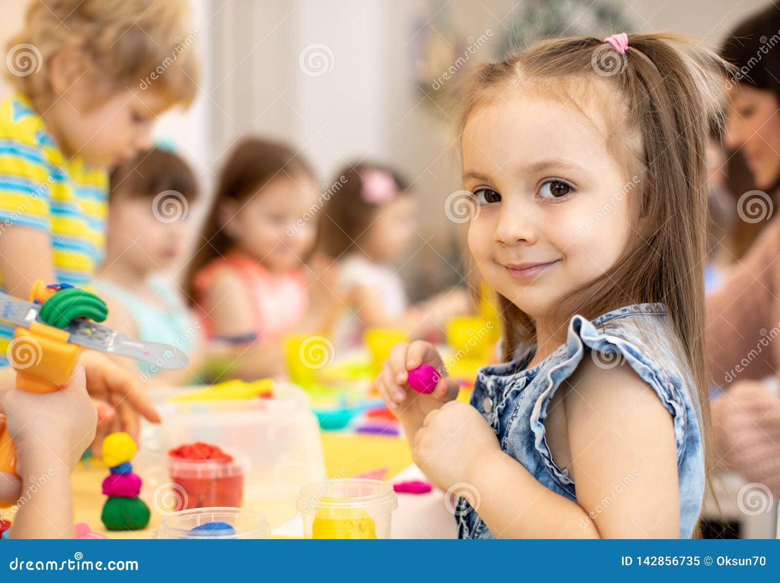 Bambini felici che fanno le arti ed i mestieri in centro sociale