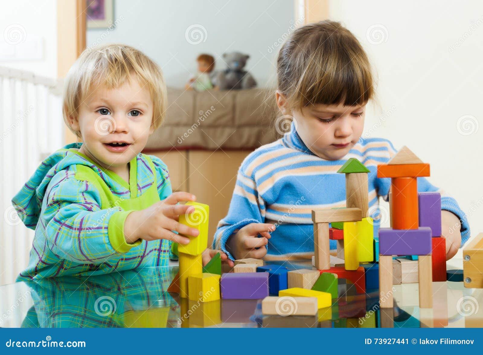 Bambini felici che giocano con i giocattoli nella casa for Grandi bambini giocano a casa