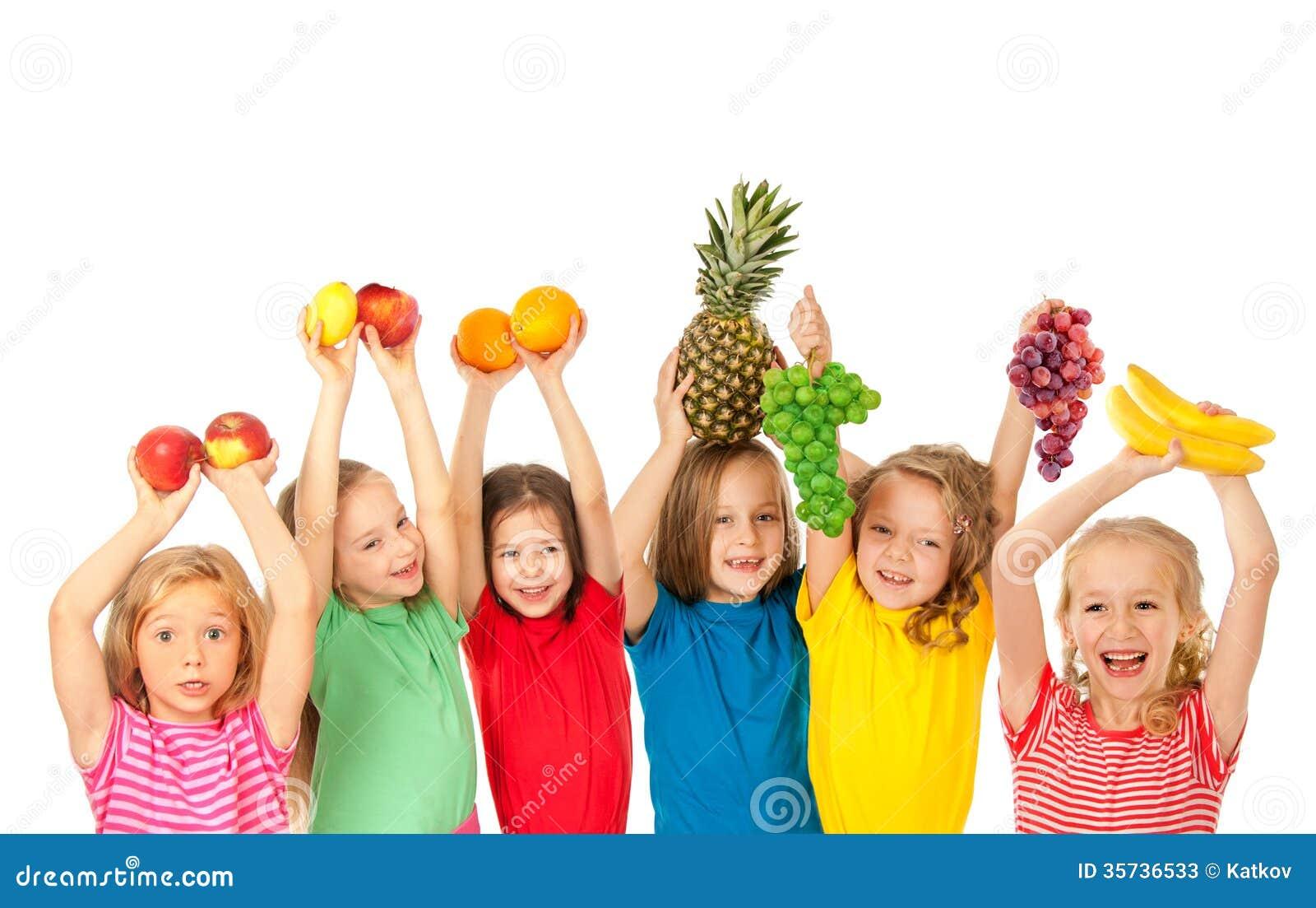 Bambini felici con i frutti