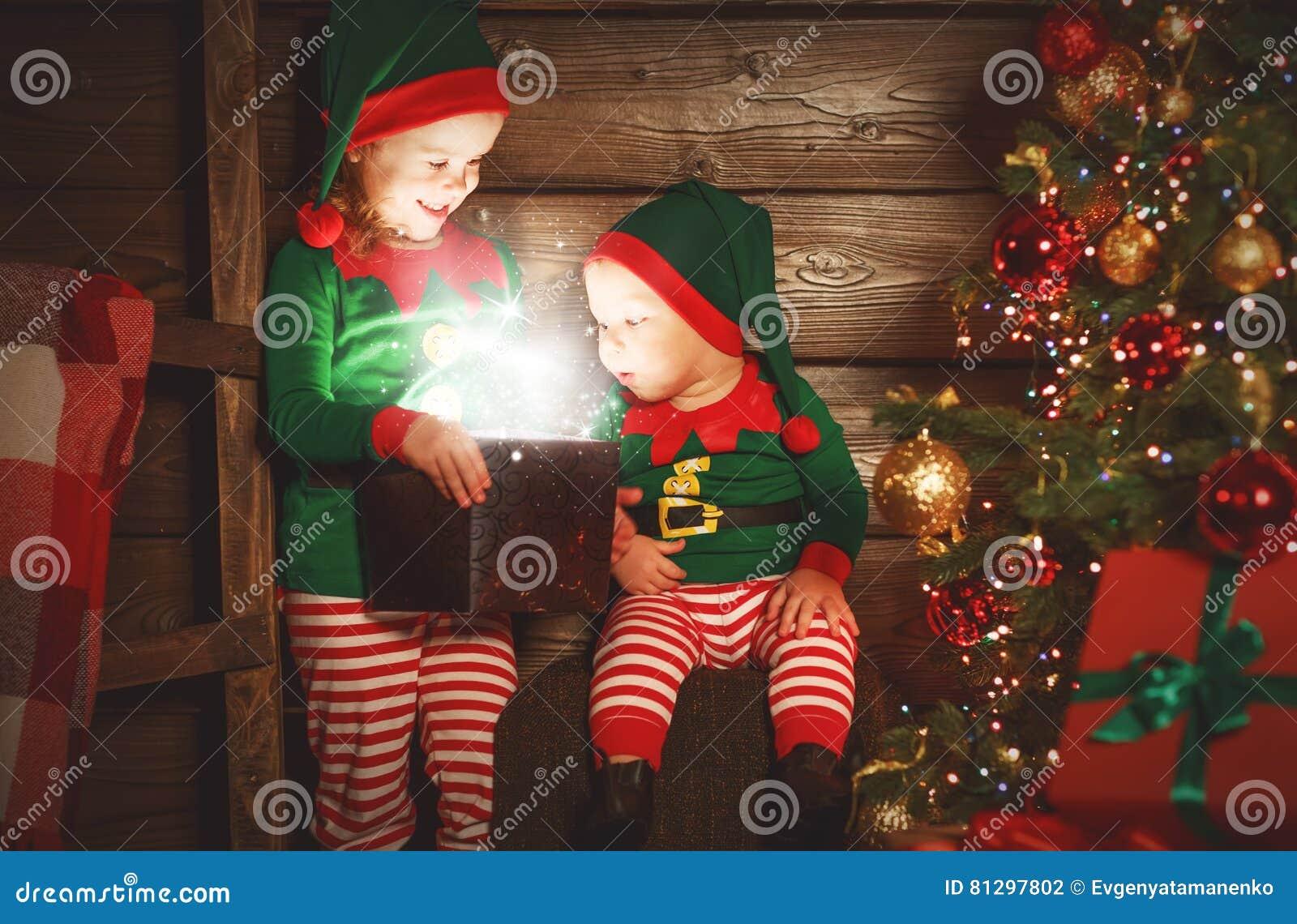 Bambini felici fratello ed elfo della sorella, assistente di Santa con Chri