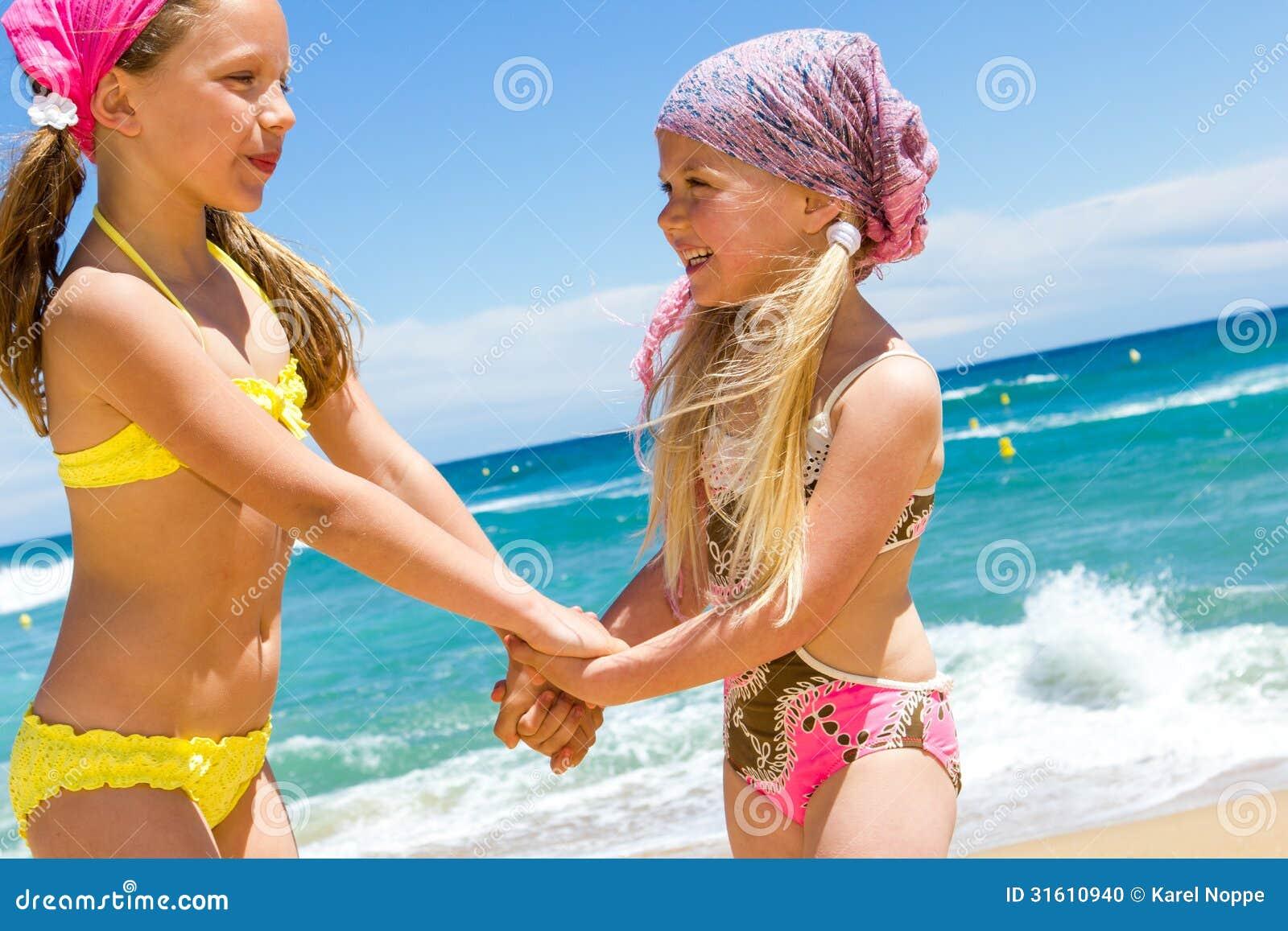 Costumi Da Bagno Per Bambini : Bambini felici nei costumi da bagno sulla spiaggia. fotografia stock