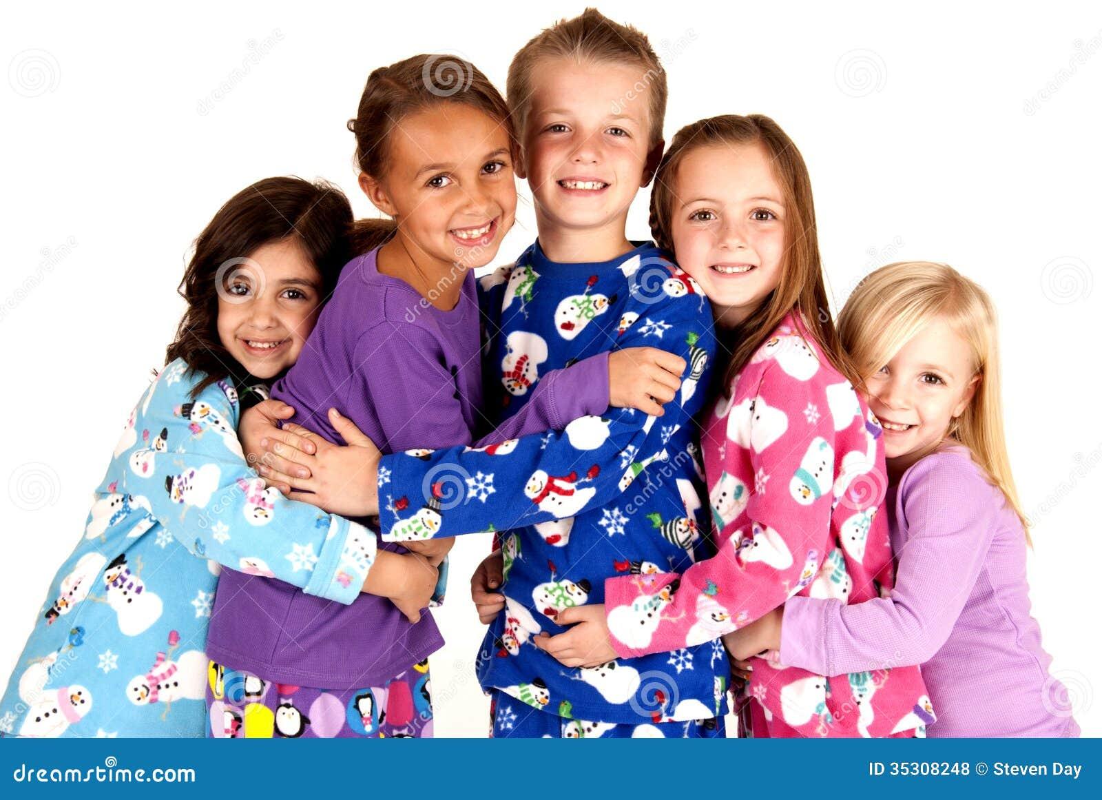 Bambini Felici In Pigiami Di Inverno Che Si Abbracciano