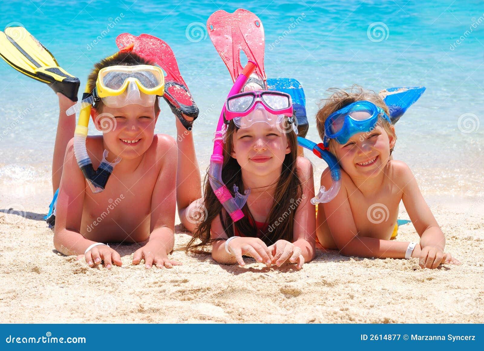 Bambini felici su una spiaggia