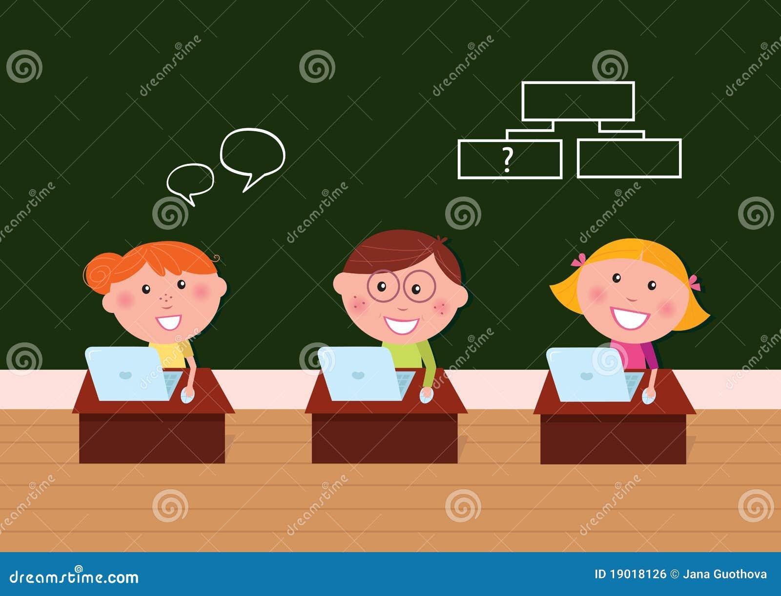 Bambini felici svegli in aula con il computer portatile