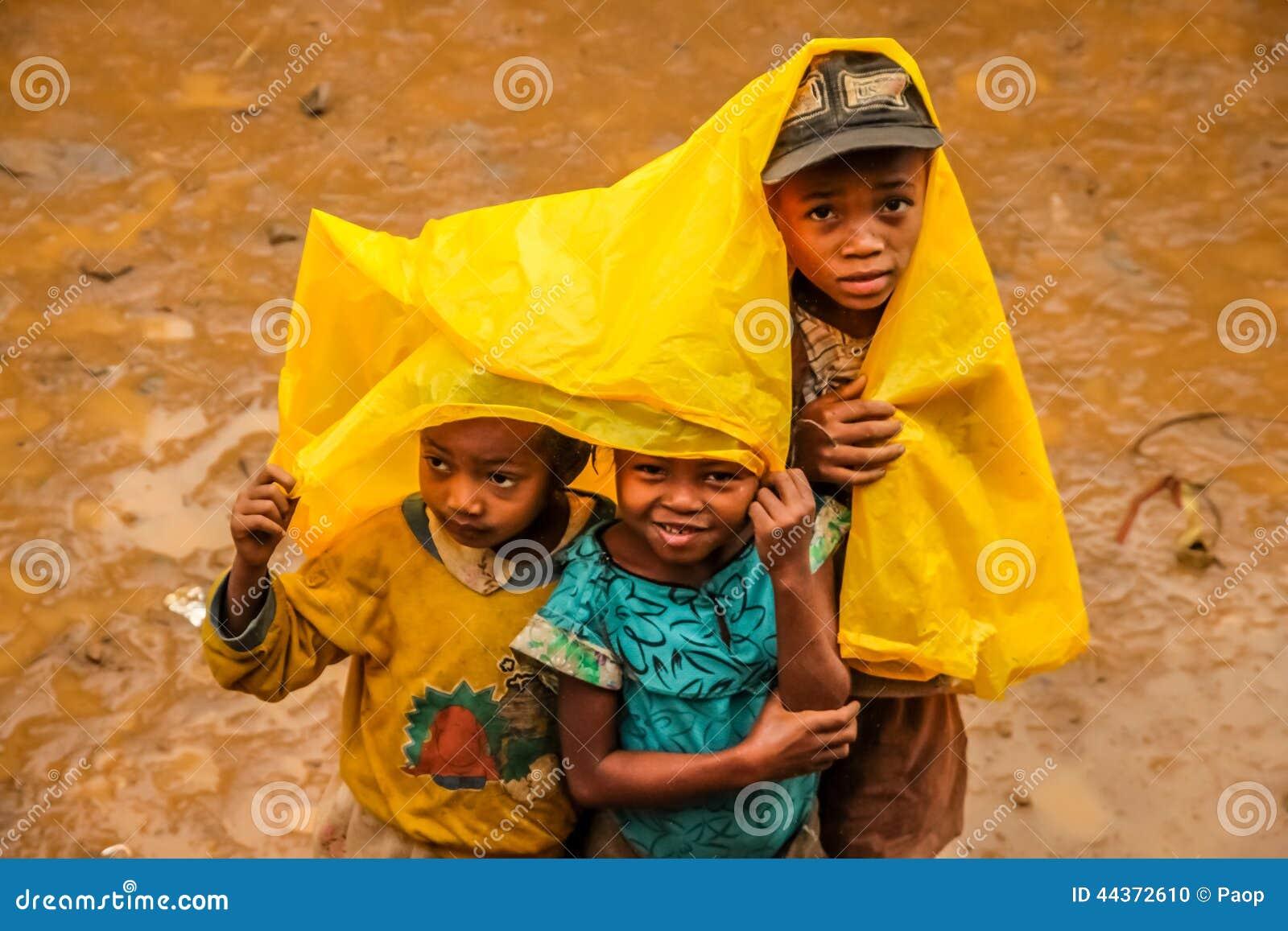 Bambini malgasci nella pioggia
