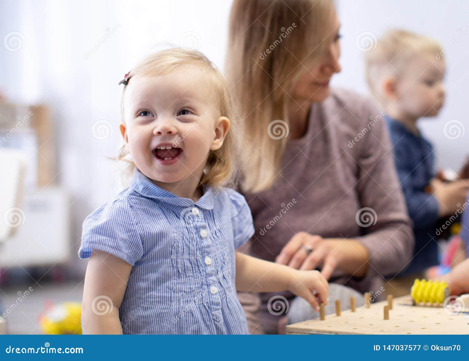 Bambini nell asilo Bambini dei bambini nella scuola materna Piccolo bambini in et? prescolare dei bambini gioca con l insegnante