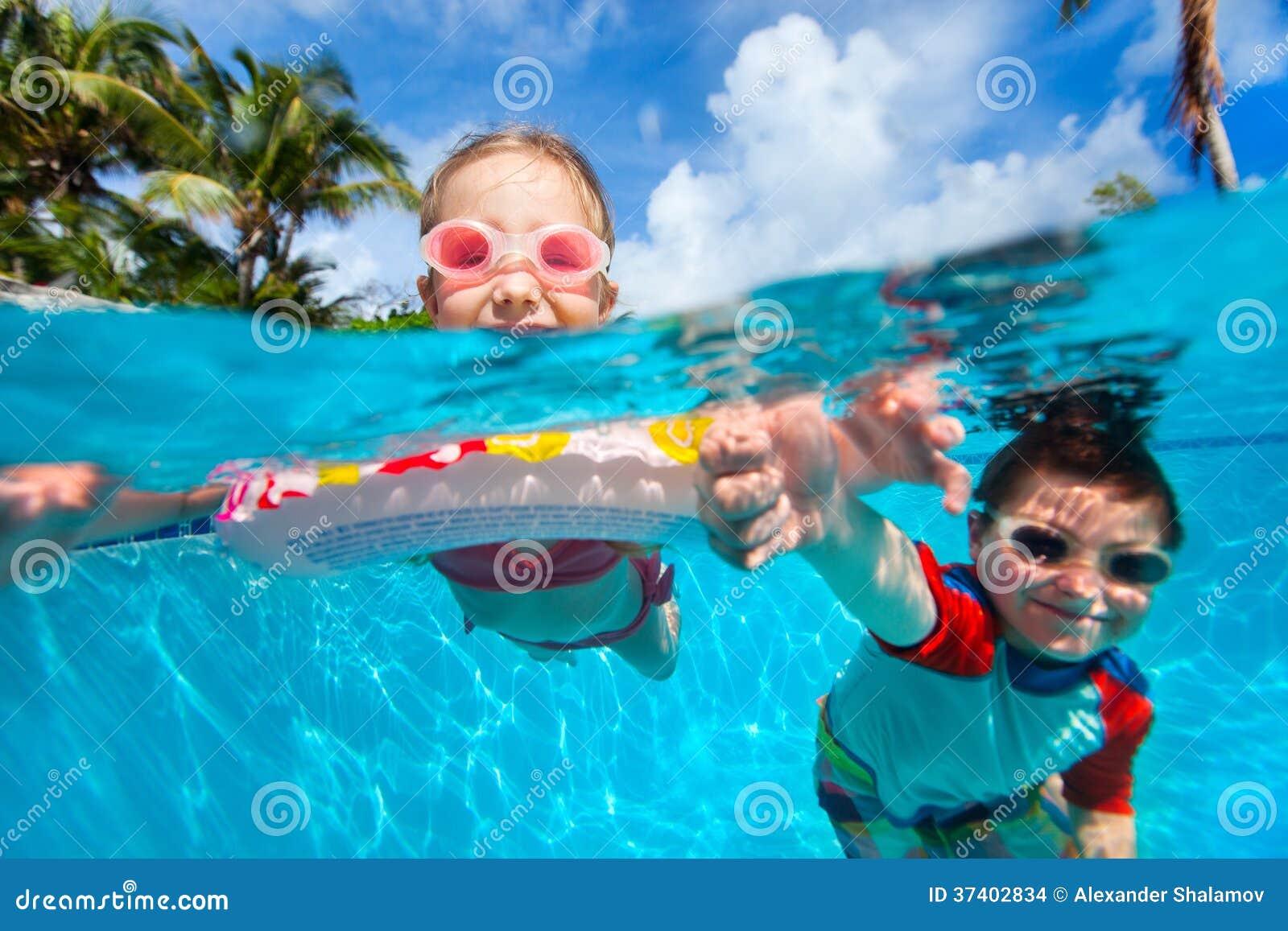 Bambini nella piscina