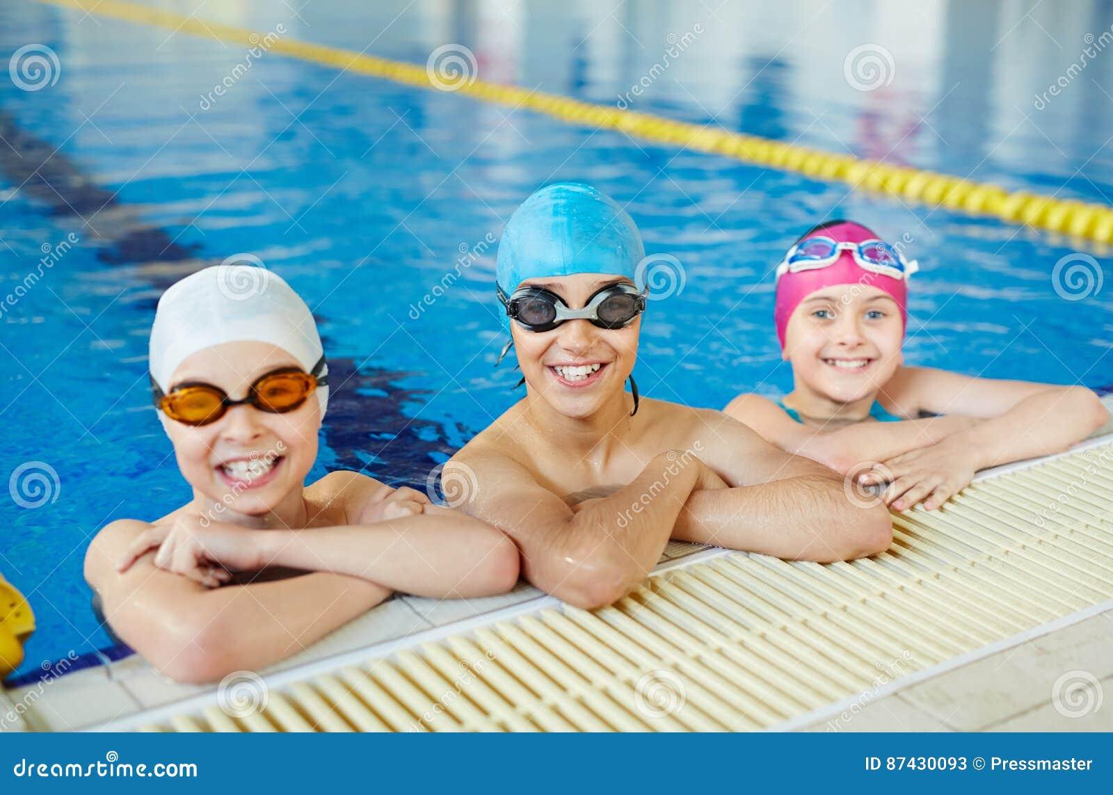 Bambini a pratica di nuoto