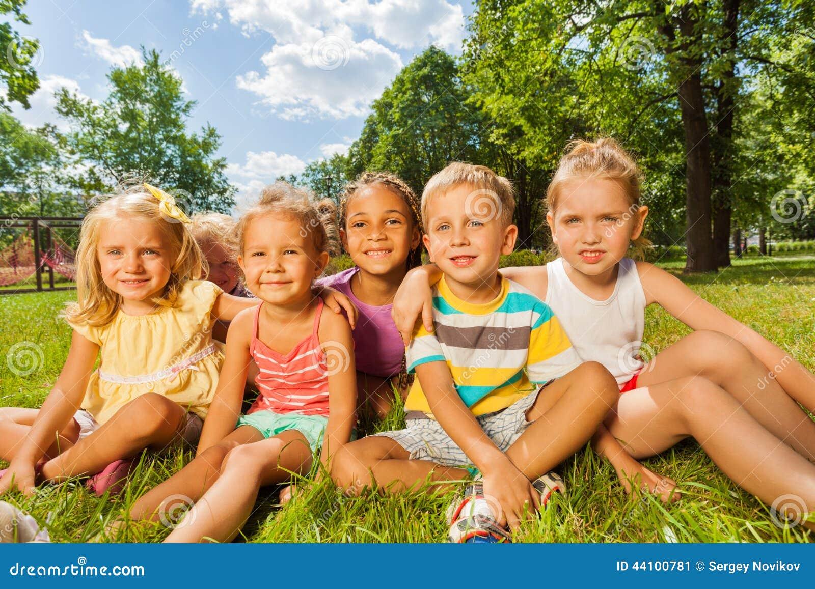 Bambini ragazzi e ragazze sul prato inglese in parco - Soleggiato in inglese ...