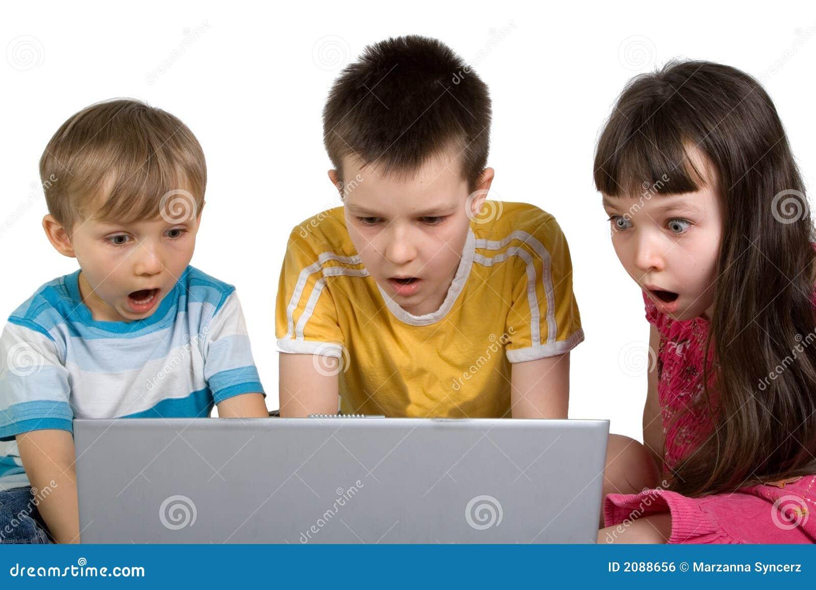 Bambini scossi da qualcosa sul calcolatore