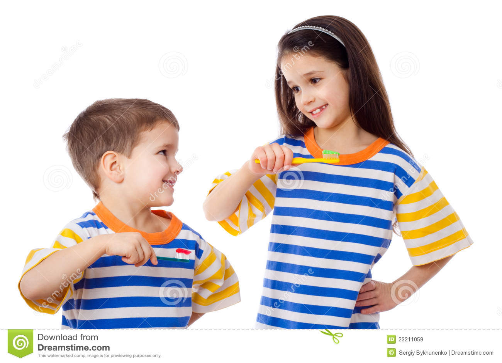 Bambini sorridenti che puliscono i denti immagini stock - Bambine che cucinano ...