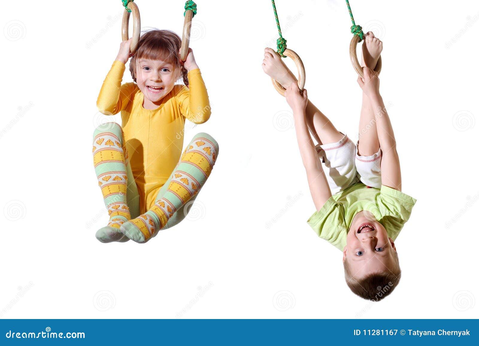 Bambini sugli anelli di ginnastica