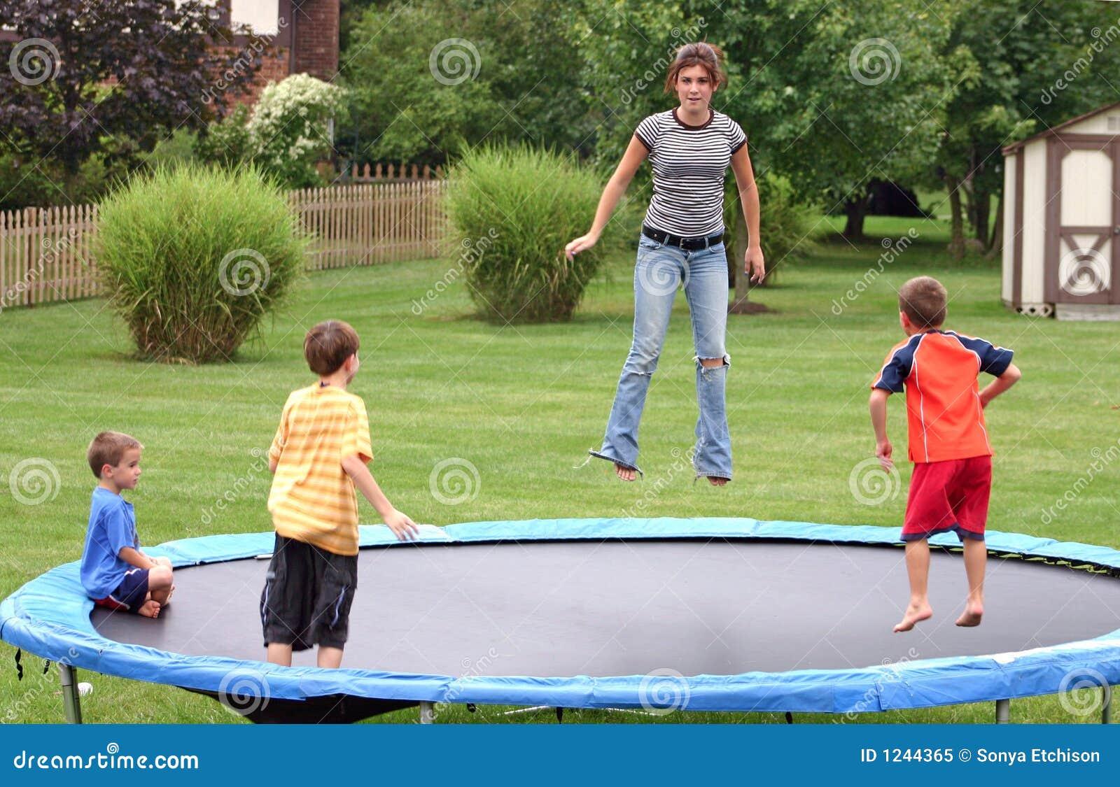 Bambini sul trampolino